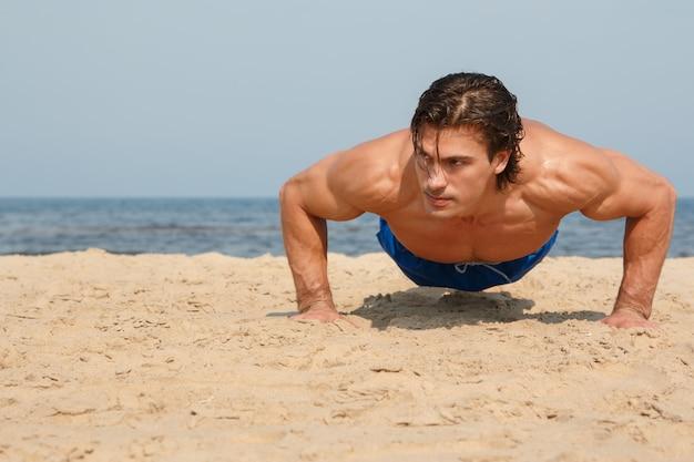 ビーチでのトレーニング中に男