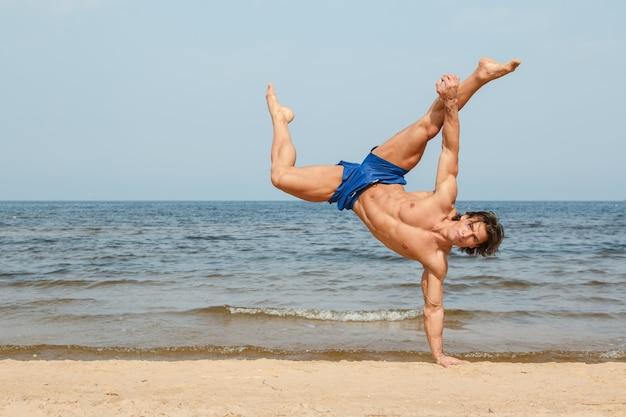 ビーチでトレーニングをしている男