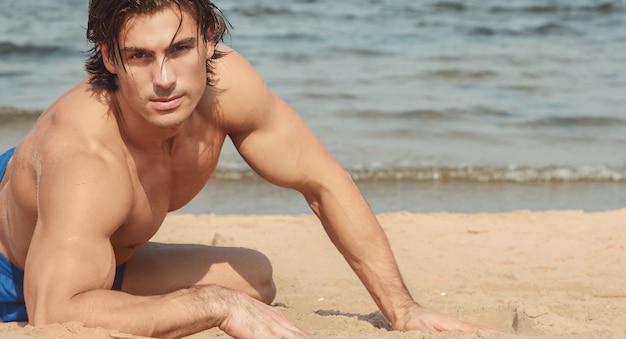 Мускулистый мужчина на пляже
