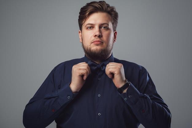Бородатый мужчина в галстуке-бабочке