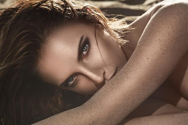 Красивейшая лежа женщина песка