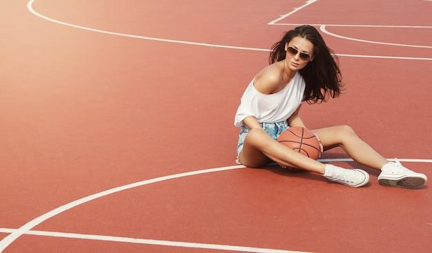Сексуальная девушка на баскетбольной площадке
