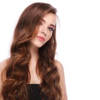 長い光沢のある髪を持つ女性