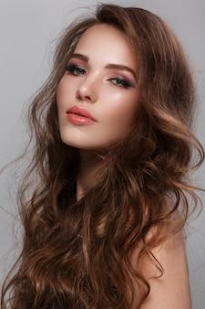 Женщина с длинными блестящими волосами