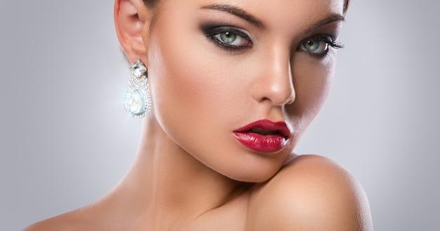 豪華なイヤリングを持つ豪華な女性