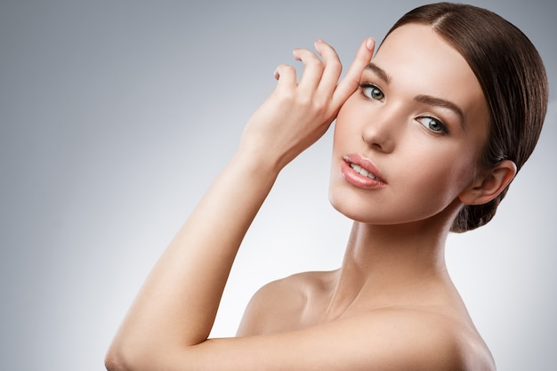 Молодая женщина с красивым лицом и мягкой кожей