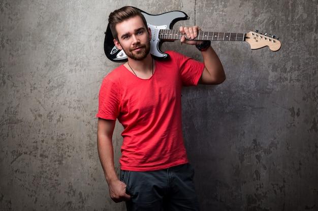 エレキギターでハンサムな男