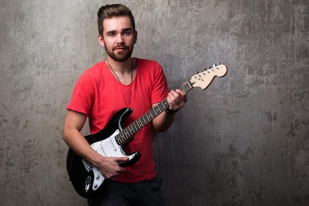 Красивый парень с электрической гитарой