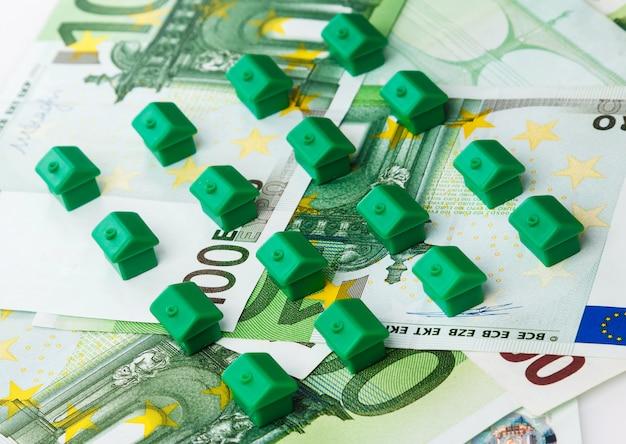 Маленькие игрушечные домики и деньги