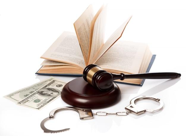 Молоток, книги и наручники