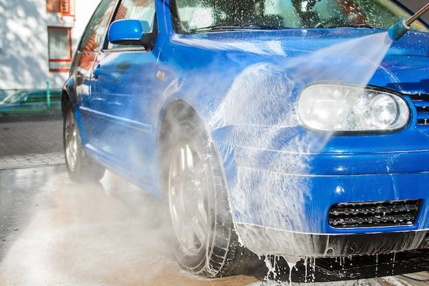 洗車で青い車