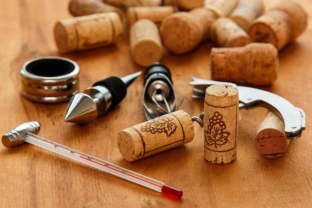 さまざまなワインツールとコルク