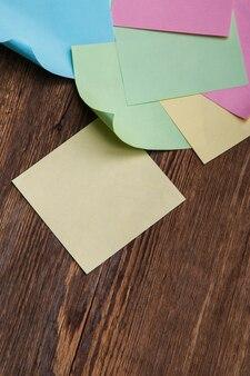 色とりどりの紙ステッカー