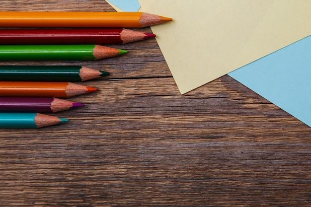 カラフルな鉛筆とメモステッカー