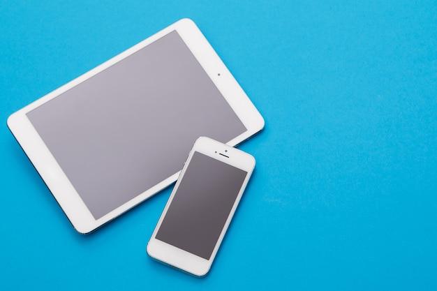 白いスマートフォンとタブレット