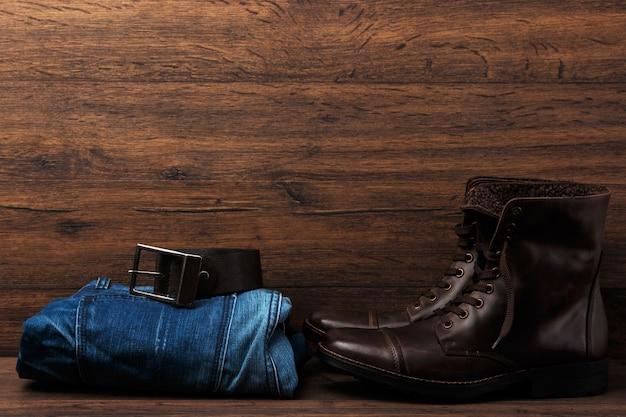 Сапоги, джинсы и пояс