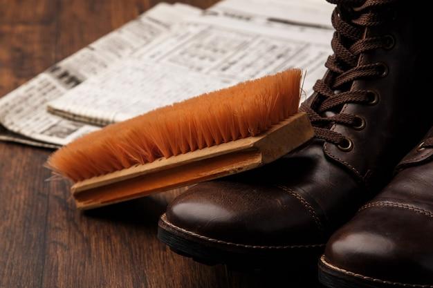 ブラシと革のブーツ