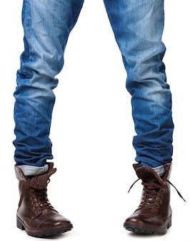 Мужские ножки в джинсах и кожаных сапогах