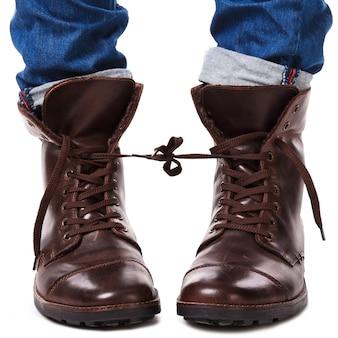 Связанные ноги в кожаной обуви