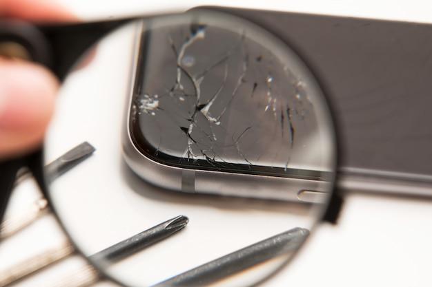 スマートフォンと修理用ツール