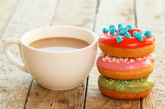 Чашка кофе и пончики