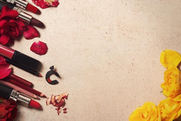 Помада и розовые цветы