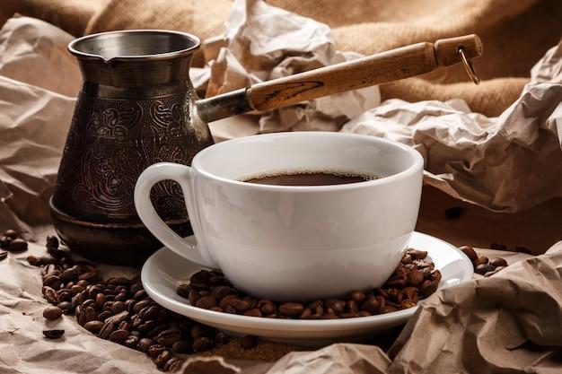 Кофейная чашка и турка для кофе по-турецки