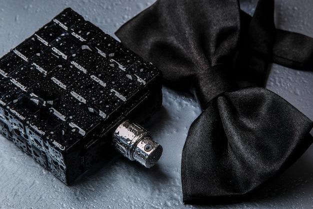 Флакон мужской парфюмерии и галстук-бабочка