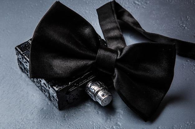 男性の香水と蝶ネクタイのボトル