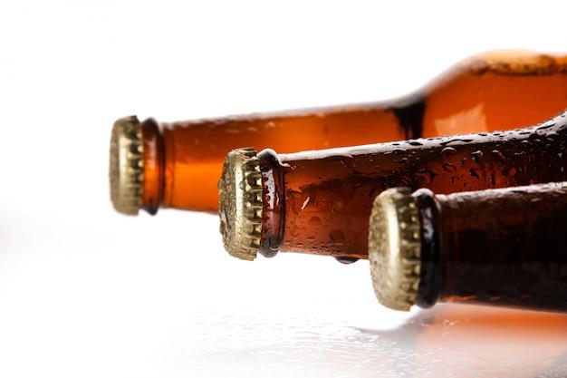 冷たいビールと新鮮なビールのボトル