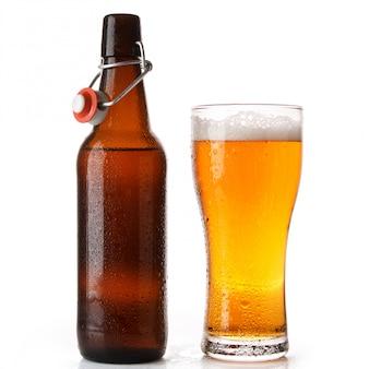 ボトルとビールのグラス