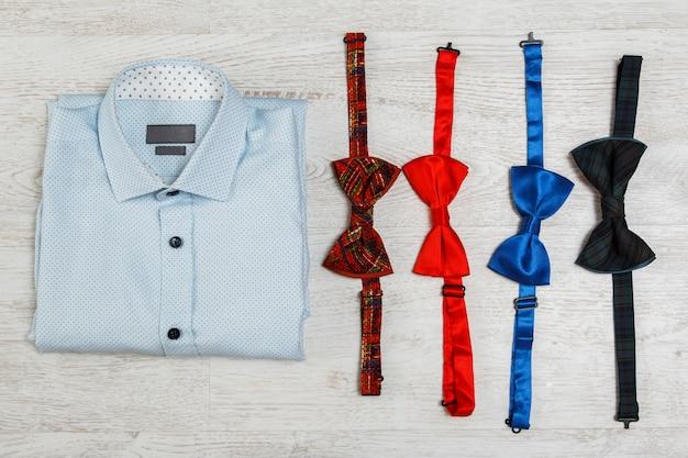 シャツとさまざまな蝶ネクタイ