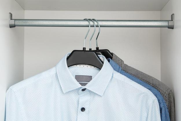 クローゼットの中に別のシャツ