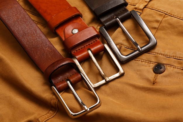 革のベルトとパンツ