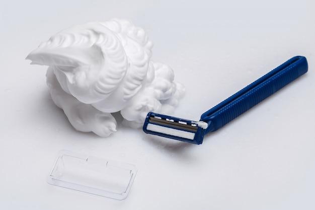Бритва и пена для бритья