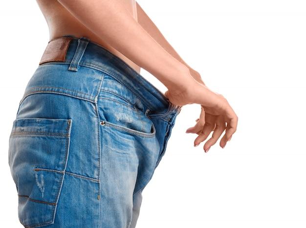 減量後の彼女の進歩を示す女性