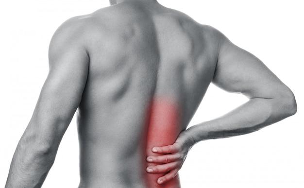 男は背中の小さな痛みを感じる