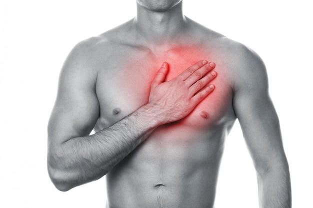 Молодой человек с болью в груди