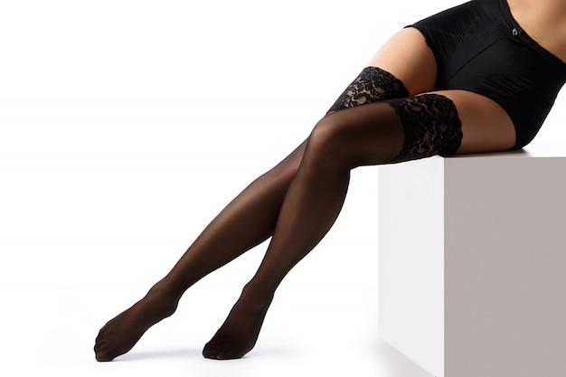 黒ストッキングの美しい女性の足