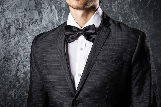 Человек в галстуке-бабочке