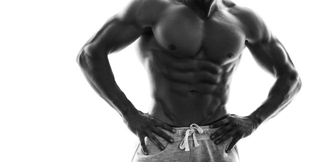 筋肉の男性の胴体のモノクロ写真