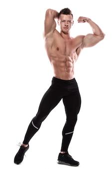 彼の筋肉を示す若いボディービルダー