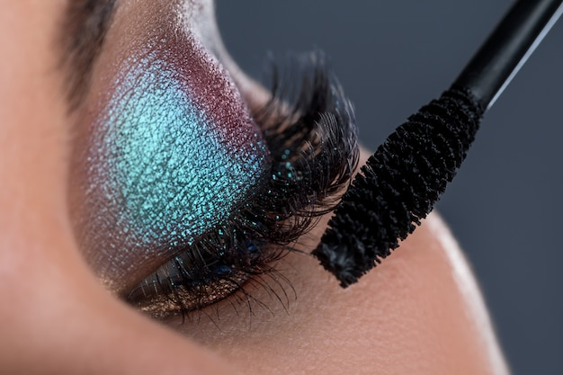 長いまつげとマスカラーのブラシで女性の目