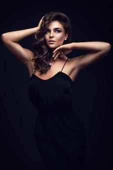 黒のドレスで美しい女性