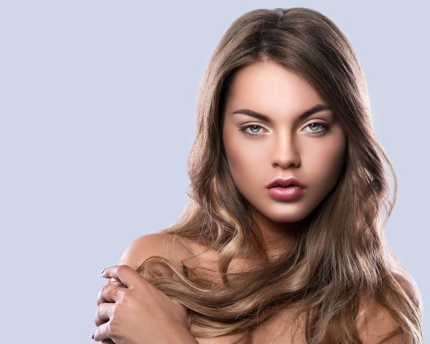 Портрет молодой женщины с вьющимися волосами