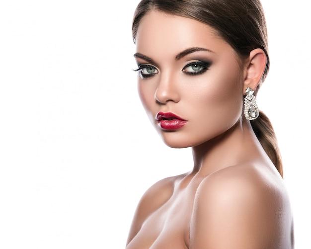 美しいイヤリングを持つ若い女性の肖像画