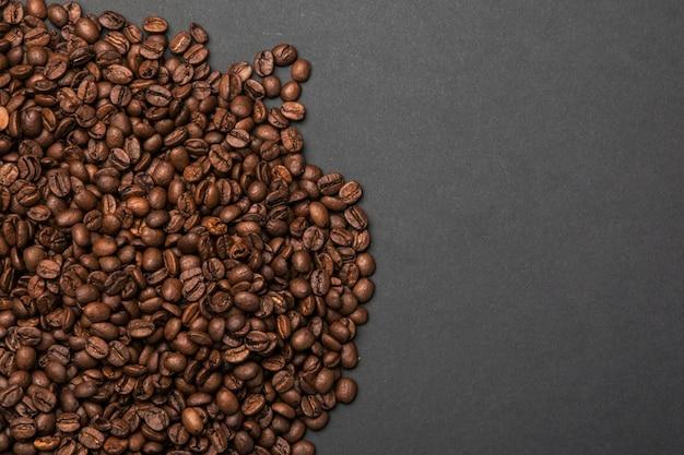 灰色の表面のコーヒー豆
