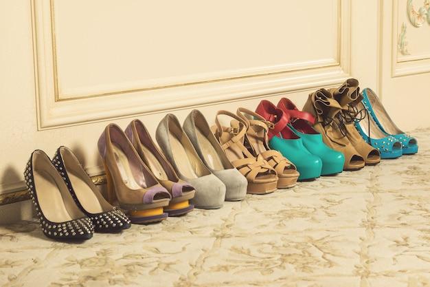 Разные женские туфли на высоком каблуке