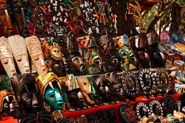 地元のメキシコ市場でさまざまな木製のお土産