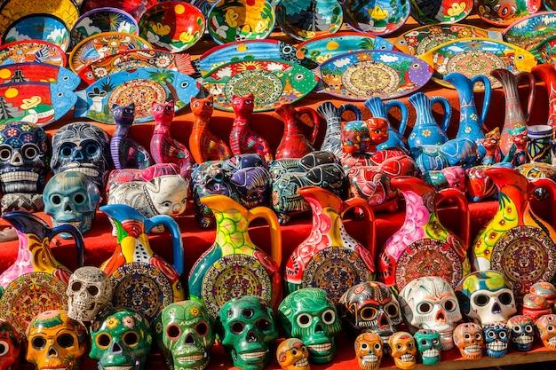 地元のメキシコ市場での陶磁器のお土産